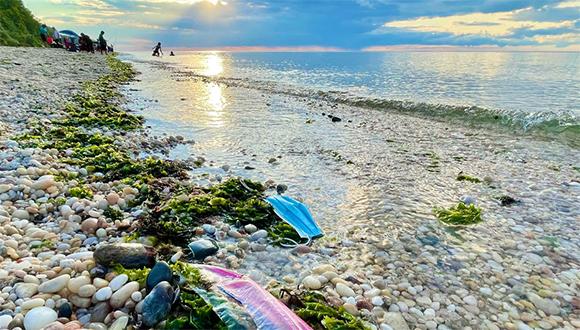 Playa contaminada plastico UNNews